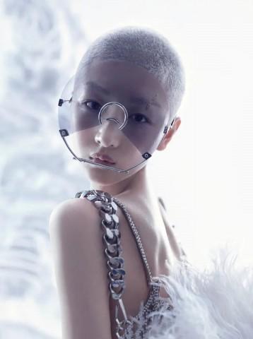 周冬雨登《时尚芭莎》电子刊创刊号 银灰寸头似未来战姬