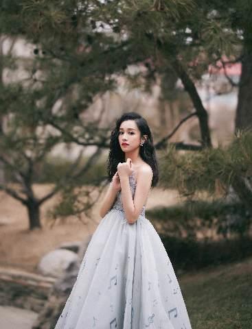 陆妍淇出席微博之夜红毯 蓝色音符裙气质十足