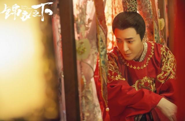 韩栋《决胜法庭》发布会绅士风范 《锦衣之下》红喜服造型吸睛